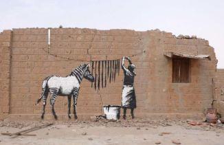 2009:2 - Mali - Timbuktu - Zebra - Banksyweb outside