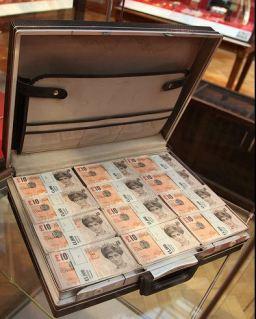 2009:6 - Original - Installation - BvBM - Tenner briefcase - unknown source