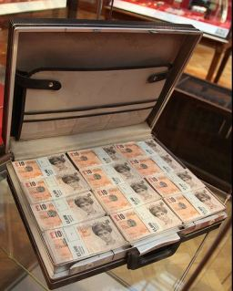 2009:6 - Original - Installation - BvBM - Tenner briefcase - unknown source