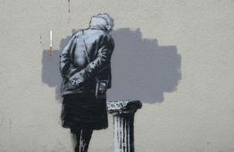 2014:9:30 - Folkstone - Woman w empty piedestal - Banksyweb